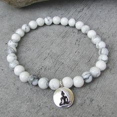 NETRA Ethnic bracelet for men, small Howlite stone beads, silver Buddha pendant, friendship bracelet, zen, meditation. This stretchable pearl bracelet is a jewelry that can be worn every day, suitable for men or women. It will match with other bracelets you already have or that you can find in my shop, to perfect the stack of jewelry to your ethnic fashionable wrist.  This mala style bracelet in small white and gray Howlite gemstone beads can be used as a yoga bracelet for meditation or…