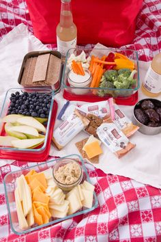 Think you have to pack gourmet food and fancy linens to have an great picnic? Learn how to pack an awesome picnic without the fuss. Romantic Picnic Food, Picnic Date Food, Picnic Snacks, Picnic Dinner, Picnic Ideas, Picnic Recipes, Picnic Parties, Indoor Picnic Date, Beach Picnic Foods
