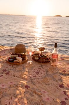 summer is calling ✨ ready for warm summer nights like this Picnic Date, Beach Picnic, Summer Picnic, Summer Beach, Summer Nights, Summer Vibes, Comida Picnic, Cute Date Ideas, Dream Dates