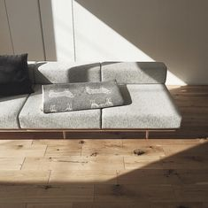 本当に必要なモノ達と暮らす〜余白のある空間づくりが快適さを生み出す家___omalさんのおうちを探索! | ムクリ[mukuri] Interior And Exterior, Sofa, Living Room, Simple, Kitchen, House, Home Decor, Coffee Shop, Industrial