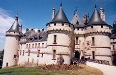 Château de Chaumont sur Loire, 1498-1510 typique gothique flamboyant pourtant on perd l'aspect de forteresse défensive pour une dimension plus esthétique de tradition française cependant.  apparition du rinceaux,