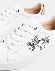 Sneakers with embroidered palm trees - Bershka #fashion #product #shoes #zapatos #cool #trend #trendy #young #ss18 #new #zapatillas #sport #sporty #trainers #palmeras #bordadas