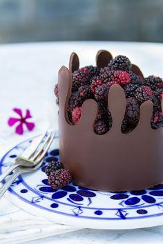 Bolo cremoso de chocolate com mousse de amora