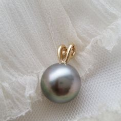 This 13.7mm beauty reminds of rainbows that form in the mist of waterfalls www.kamokapearls.com #tahitian #pearls #pearl #nofilter #naturallight