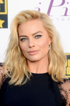 96 Wonderful Margot Robbie Hairstyles for Your Hair Inspiration 2019 - Beauty Ideas Margot Robbie Photos, Margot Robbie Style, Actress Margot Robbie, Medium Hair Styles, Curly Hair Styles, Medium Length Wavy Hair, Short Hair, Medium Curly, Long Curly