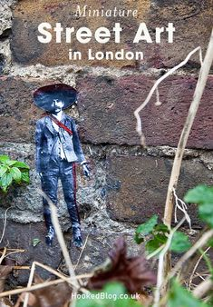 Miniature Street Art scenes on the streets of London by Mexican street artist Pablo Delgado. Street Art London, London Art, Tour Around The World, Around The Worlds, World Street, Mexican Artists, Street Artists, Art World, Graffiti