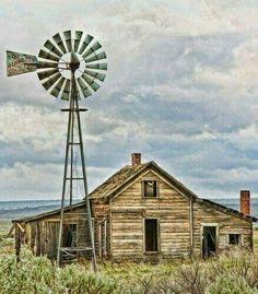 Abandoned Farm House in Kent, Oregon. Old Abandoned Buildings, Abandoned Mansions, Old Buildings, Abandoned Places, Country Barns, Old Barns, Country Life, Farm Windmill, Old Windmills