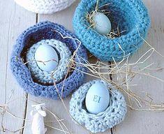 Aus Wolle werden diese hübschen Kuschelnester gehäkelt. Zu Ostern kommen bunte Eier hinein, nach Ostern Bonbons oder Schmuck. Am besten verwenden Sie Wolle,...