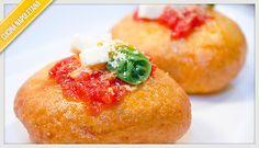I passaggi della ricetta della montanara, una pizza fritta napoletana ricoperta di pomodoro, mozzarella e parmigiano, da mangiare calda.