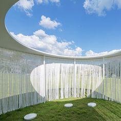 Les architectes coréens du studio OBBA – Office Beyond Boundaries Architecture a imaginé une architecture en travaillant sur la fluidité des limites. Le pavillon Oasis offre un refuge poétique aux badauds du parc de la ville de Yongin-si en Coré...
