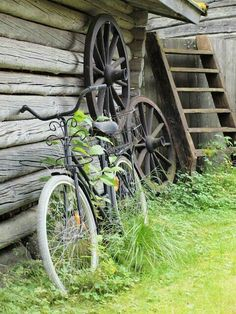 Rural and Rustic -- Bicycle, Wagon Wheels and Ladder by Log Cabin Country Farm, Country Life, Country Living, Country Style, Old Bicycle, Old Bikes, Photo Velo, Velo Retro, Old Wagons