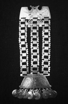 """""""Trapelakucha"""" Ésta es la obra más representativa de la Orfebrería Mapuche, su forma, ideogramas incluso su modo de uso, guarda una gran cantidad de información del """"Admapu"""", conocimiento filosóficos, leyes, y tradiciones de la etnia. Ésta pieza marca de igual modo el final del apogeo de ésta manifestación y su posterior desierto de 120 años, junto al actual discurso de la recuperación."""
