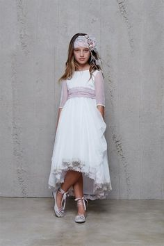 #HortensiaMaesoComunión Vestido de comunión de Hortensia Maeso. Descubre mas vestidos de comunión y complementos como el turbante o las bailarinas en www.hortensiamaeso.com Communion Solennelle, Communion Dresses, First Communion, Little Girl Fashion, Kids Fashion, Blush Flower Girl Dresses, Baptism Dress, Mode Inspiration, Fancy Dress