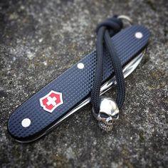 #sak #sakallday #victorinox #swissarmyknife #armyknife #knife #paracord #skull #pocketdump #everydaydump #swissness #switzerland # #favoriteknife by swisswood