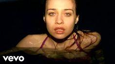 Fiona Apple - CriminalEsta canción obtuvo el Premio Grammy a la Mejor interpretación vocal de rock femenina. No había mejor forma de ilustrar el tema que con un video erótico. Aquí vemos a la artista en lo que podría ser la última parte de una fiesta, cuando la vergüenza desaparece a causa del alcohol y el cuerpo se libera.