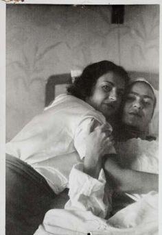 """""""Frida, Meksika'da kocasından sadık olmasını isteyen tek kadın ama gel gör ki kendisi kocasına sadık değil."""" Carlos Monsivais Görsel : Frida Kahlo - Cristina Kahlo"""