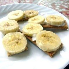 Whipped cream is spread over honey graham crackers and topped with a banana slice in this tiny no-bake makeover of banana cream pie. Swap graham for nilla wafer, drizzle honey. Healthy Dessert Options, Graham Cracker Recipes, Mini Bananas, Cream Pie Recipes, Baked Banana, Banana Slice, Banana Cream, Gordon Ramsay, Desert Recipes