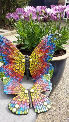 Mosaic Crafts Inspiration to Sharpen Your Creativity Butterfly Mosaic, Mosaic Flower Pots, Mosaic Birds, Mosaic Pots, Mosaic Glass, Stained Glass, Glass Art, Mosaic Garden Art, Mosaic Tile Art