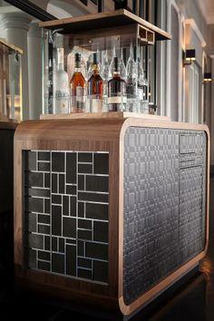 Créée en 2012 par Nicolas Chaudey et Matthieu Feuerbach, la marque Feuerbach & Chaudey se développe dans l'univers du mobilier de luxe avec ses meubles, coffrets, malles et autres pièces d'ébénisterie d'exception.