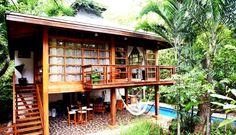 บ้านไม้ยกพื้นสูงสไตล์ทรอปิคอล พร้อมพื้นที่ใต้ถุนสำหรับพักผ่อน ใกล้ชิดธรรมชาติอย่างแนบแน่น | NaiBann.com