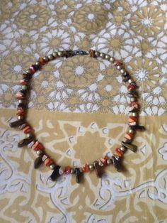 Collar africano con jaspe y ojo de tigre y piezas doradas.