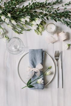 """Photography backdrop """"Lausanne / Tampa� – Wedding Tips & Themes Round Table Settings, Elegant Table Settings, Wedding Table Settings, Wedding Plates, Wedding Napkins, Buffet Wedding, Wedding Napkin Folding, Round Table Wedding, Wedding Table Decorations"""