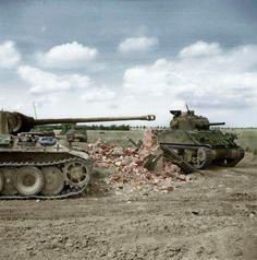 Rauray, 30 juin 1944. Un Sherman du 24th Lancers de la 8th Brigade, passe devant un char Allemand Panther détruit. Char 204 de la 2 Kompanie/SS Panzer Regiment, 12th SS Hitlerjugend.
