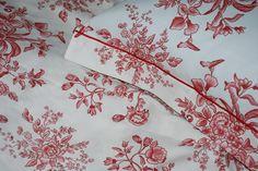 """Fiorà Bordeaux """"PD Harmony"""" -  Disegno esclusivo Piumini Danesi® pooq dene® dalle eleganti linee floreali, che ricordano i raffinati fiori delle porcellane inglesi. Ideale per aggiungere una sfumatura di stile ed armonia alla tua camera da letto - Raso di cotone 100%"""