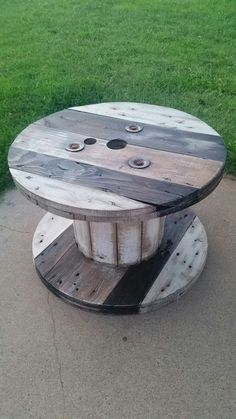 Stained and distressed in three colors. Inserting a li Wooden spool reclaimed! Stained and distressed in three colors. Inserting a li Diy Cable Spool Table, Wood Spool Tables, Rustic End Tables, Cable Spool Ideas, Wooden Cable Reel, Wooden Cable Spools, Wire Spool, Wooden Spool Projects, Diy Pallet Furniture