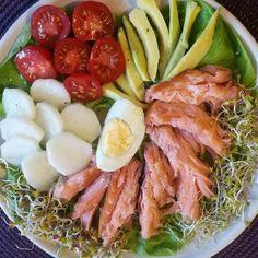Łosoś wędzony, awokado, biała rzodkiew, pomidorki koktajlowe, kiełki rzodkiewki, kiełki brokuła