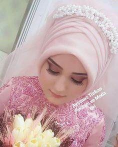"""2,048 Beğenme, 10 Yorum - Instagram'da Tesettür Gelinbaşı & Gelinlik (@aysenazturbantasarim): """"Tatli gelinimiz#tesetturgelinbasiankara #ankaraaysenazturbantasarim #ankaraaysenazturban #kuaför…"""" Wedding Hijab Styles, Hijab Wedding Dresses, Bridal Dresses, Bridal Hijab, Hijab Bride, Muslim Fashion, Hijab Fashion, Turban Hijab, Beautiful Henna Designs"""