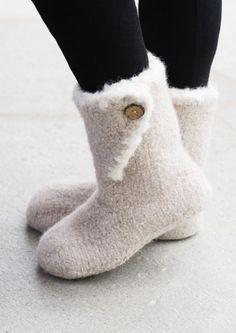 28714 Dale Huovutetut töppöset Crochet Socks, Knit Crochet, Boot Cuffs, Crochet Accessories, Shabby Chic, Slippers, Sewing, Knitting, Heels