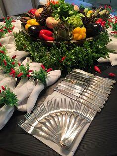 Adoro quando sou convidada para a casa de amigas caprichosas que estão recebendo!  Fico ansiosa para fotografar tudo e mostrar para vocês as... Christmas Table Settings, Christmas Decorations, Buffet Set Up, Buffet Tables, Cutlery Art, Spoon Art, Table Manners, Napkin Folding, Table Arrangements