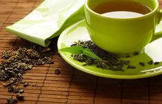 Green tea from the same family as black tea has a high polyphenol content. Green tea is produced from the leaves of camellia sinensis. One of the most important benefits of green tea is its weakening Sun Spots On Skin, Brown Spots On Skin, Spots On Face, Infection Fongique, Le Pilates, Sun Damaged Skin, Green Tea Benefits, Beauty Tips For Teens, Healthy Habits