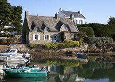 Saint-Cado dans la Ria d'Etel. Morbihan, Bretagne. Places Around The World, Around The Worlds, Region Bretagne, Villas, Brittany France, Normandy, France Travel, Beautiful Landscapes, Places To See