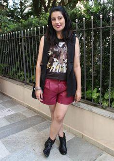 Colete, camiseta Disney, botas de cano curto e short de couro sintética vinho. Burgundy short, black vest, short boots and Disney t-shirt.