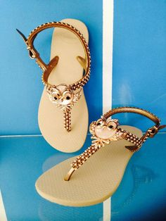 HAVAIANAS CUSTOMIZADAS COM MANTA DE STRAS E PINGENTE DE CORUJINHA. HAVAIANAS COLADAS E COSTURADAS NOS TAM 33-34 Up Shoes, Me Too Shoes, Flip Flop Art, Decorating Flip Flops, Designer Sandals, Rubber Shoes, Cute Diys, Beautiful Shoes, Flip Flop Sandals