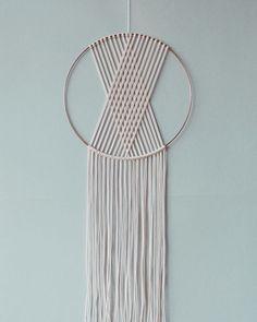 Dreamcatcher en macramé SEINE fait main avec de la corde en coton blanc et un anneau en cuivre. Disponible en 3 diamètres : - 30 cm de diamètre x 80 cm de longueur - 25 cm de diamètre x 65 cm de longueur - 22 cm de diamètre x 60 cm de longueur Le modèle en photo est celui de 30 cm de diamètre.