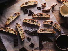 編集部公認のレシピクリエーターチーム「macaroniレシピ部」のメンバーによるオリジナルレシピ。今回は、macaroniレシピ部 @protea995 さんご考案のレシピ「バナナとチョコのビスコッティ」をご紹介します。 Grill Pan, Grilling, Sweets, Bread, My Favorite Things, Cooking, Desserts, Griddle Pan, Kitchen