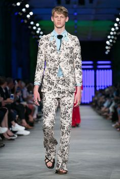 A look from the Gucci Spring 2016 Menswear collection.