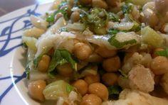 Insalata di ceci e cavolfiori - L'insalata di ceci e cavolfiore è un piatto leggero da preparare come pietanza per la dieta dopo le feste. Si tratta di un piatto saporito ma povero in calorie, sia per i ceci che per il cavolfiore.