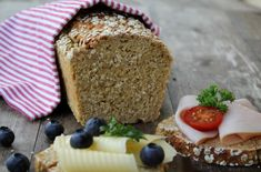 Heihei! På utkikk etter eit saftig, smakfullt brød med sprø skorpe? Da kan eg anbefale dette proteinrike havrebrødet! Ingen elting eller heving, du rører kun sammen ingrediensene, så lager det seg sjølv i ovnen. Brødet er veldig næringsrikt, inneholder masse proteiner, langsomme karbohydrater og fiber. Det smaker like godt med pålegg til frukost, lunsj eller …