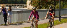 Amateurs de vélo, découvrez la Véloroute Terrebonne | Mascouche et sillonnez la région à la découverte de nos attraits incontournables et de son charme historique. Découvrez des paysages fleuris, boisés et des bâtiments patrimoniaux, longez les berges de la rivière des Mille Îles vers l'Île-des-Moulins et le Vieux-Terrebonne, traversez le noyau villageois et le parc du Grand-Coteau de Mascouche grâce aux circuits cyclables de Terrebonne et Mascouche.