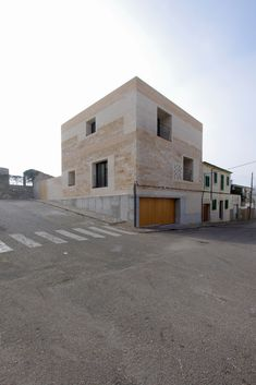 Completed in 2015 in Montuïri, SpainThe house is located on a plot, not very large. This situation invites to compact the house on one side, continuing the alignment of the street. Interesting Buildings, Amazing Buildings, Facade Architecture, Contemporary Architecture, Parrilla Exterior, Arch Building, Wall Exterior, Interior Windows, Small Buildings