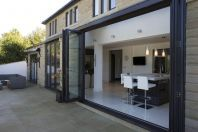 Huddersfield Kitchen Extension par Architecture in Glass by AproposUK Glass Extension, House Extension Design, Extension Ideas, Building Extension, Side Extension, Kitchen Diner Extension, Open Plan Kitchen, Kitchen Doors, Kitchen Ideas