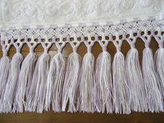 Toalha de çavabo na cor branca com bordado à mão e crivo e acabamento e macramé nas cores branca e lilás. Requinte e sofisticação no seu lavabo. Macrame Bracelets, Tassel Necklace, Loom Weaving, 3d Paper, Knots, Tassels, Sewing, Knitting, Crochet