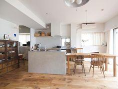 モルタルの塊みたいなキッチンで、ナチュラルテイストな空間をきゅっと引き締め。フローリングの目地が黒いのもポイント!