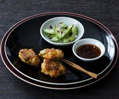 Prøv en lækker thai tapas men denne opskrift på rejeboller, bestående af rejer, torsk og citrongræs, og server de friske fiskemadder i vidunderlig kombination med den stærke chili.