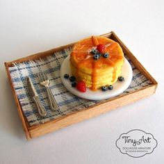 Miniature stack of pancakes on a serving tray. Complete with napkin, silverware, and syrup! Miniture Food, Miniture Things, Tiny Food, Fake Food, Miniature Crafts, Miniature Dolls, Clay Miniatures, Dollhouse Miniatures, Fimo Polymer Clay