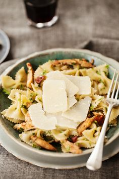 Farfalle with chicken, tomato and olives